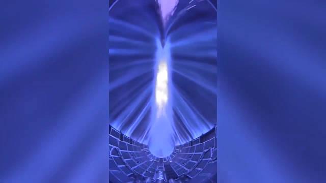 SpaceX 猎鹰重型的整流罩返回大气层 内置相机视频记录大量离子束