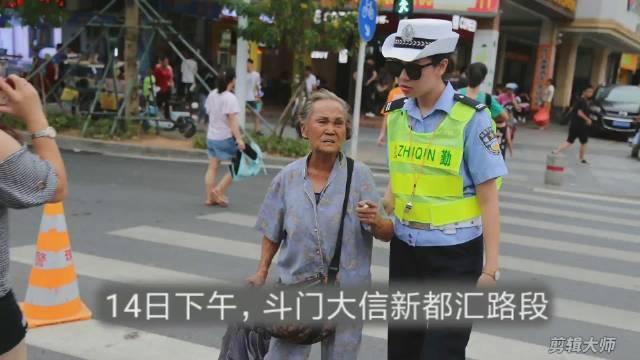 89岁婆婆独自看病迷路  辅警陪婆婆等了25分钟公交