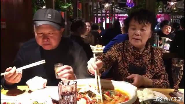 东北人真会吃!长春大妈拿出一天工资,请大爷去饭店吃胖头鱼