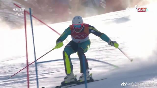 高山滑雪男子回转决赛第一轮精彩集锦。