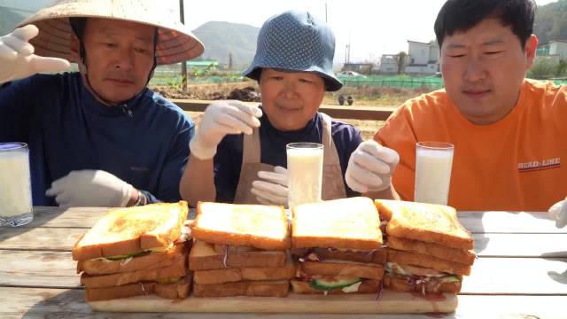 兴森一家三口吃铁锅三明治喝牛奶