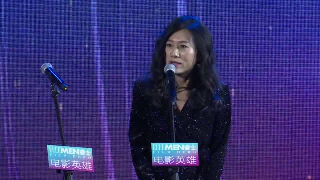 """王景春和齐溪颁发""""最佳编剧""""奖:电影《地久天长》编剧阿美。"""