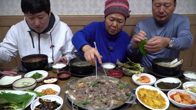 韩国一家三口今天外出吃烤肉排骨汤饭