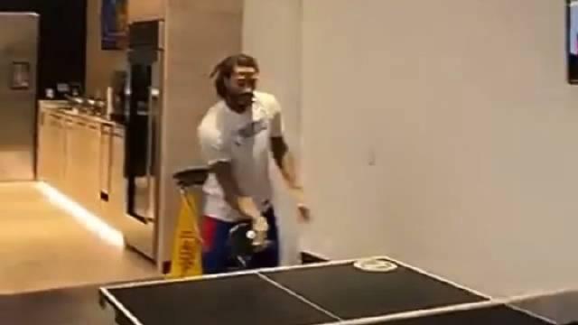 玩嗨了罗斯和中国国球,资深乒乓带玩家这反手削球什么水平
