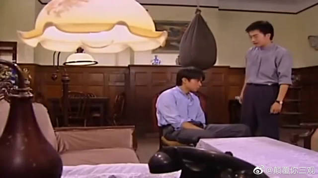 书桓将与依萍分手的原因告诉杜飞,杜飞一愣一愣的