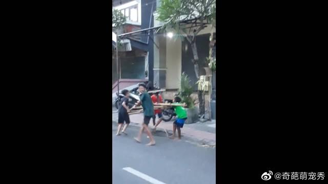 宗教日印尼孩童与小狗玩耍