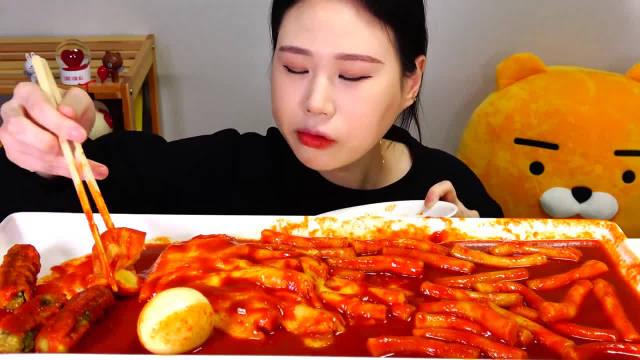 韩国吃播大胃王卡妹,吃芝士年糕,紫菜饭卷