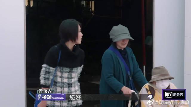baby遇日本奶奶粉丝,暖心送拥抱,鼓励奶奶抗击病魔!