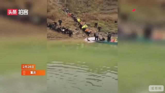 重庆一小车出隧道时车辆失控,飞出公路坠入河中,司机溺水身亡