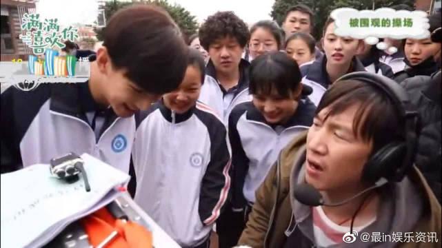 鲁照华戏精上身假摔表演,刘昱晗操场英雄救美获全校女生围观