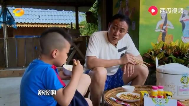 爸爸去哪儿:康康真霸气,吃个饭还翘着二郎腿,胡军一脸疑惑!