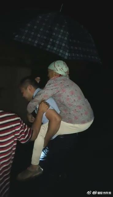 倾盆大雨的夜里,韶关乳源必背派出所民警背盲妇安全转移