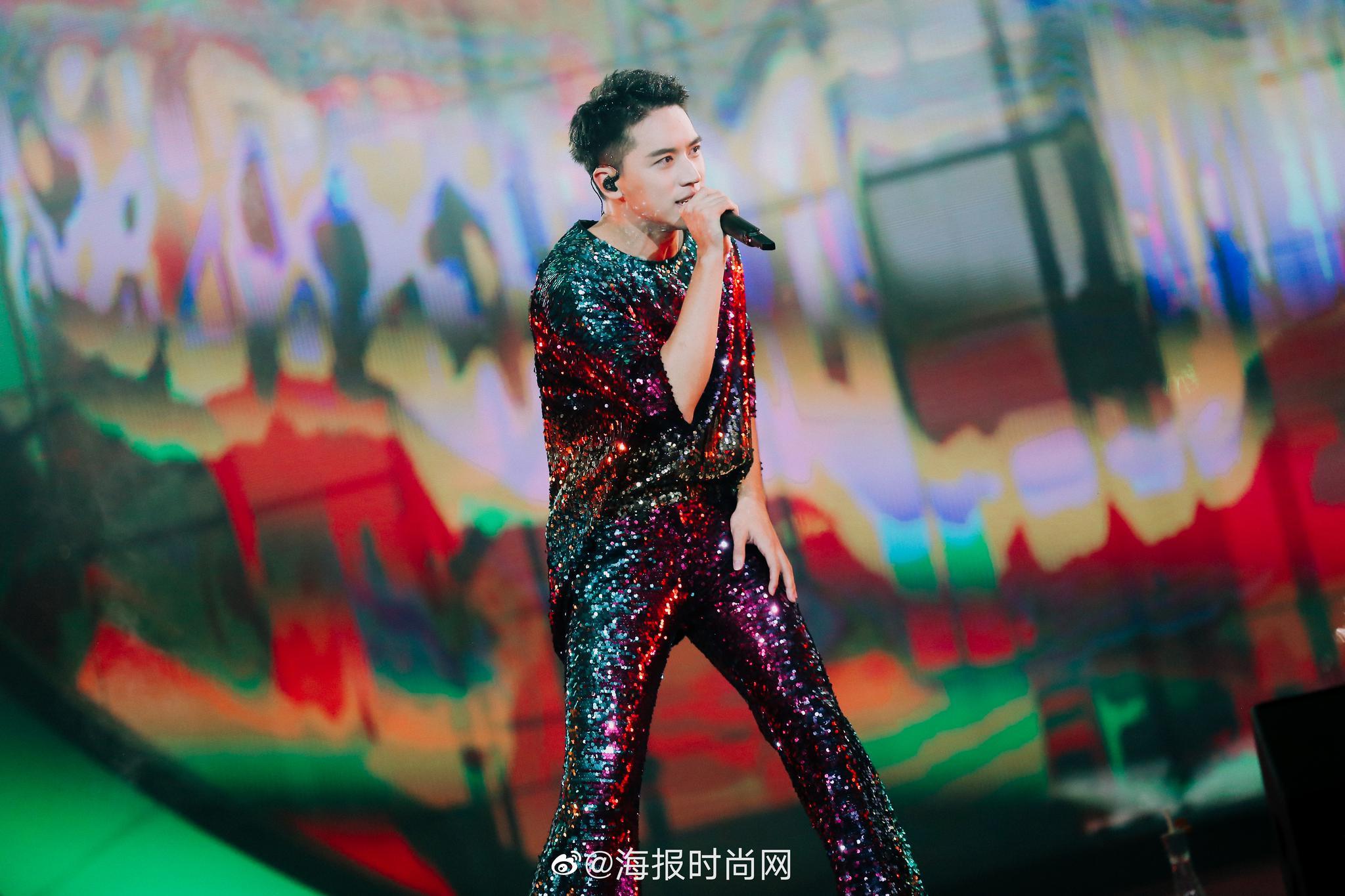 盘点来自@许魏洲ZZ 白色时区2019演唱会上的服装~全部来自专门定制的