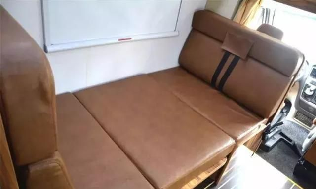 这款房车布局与众不同,不带拓展仓车内还配有6张床!