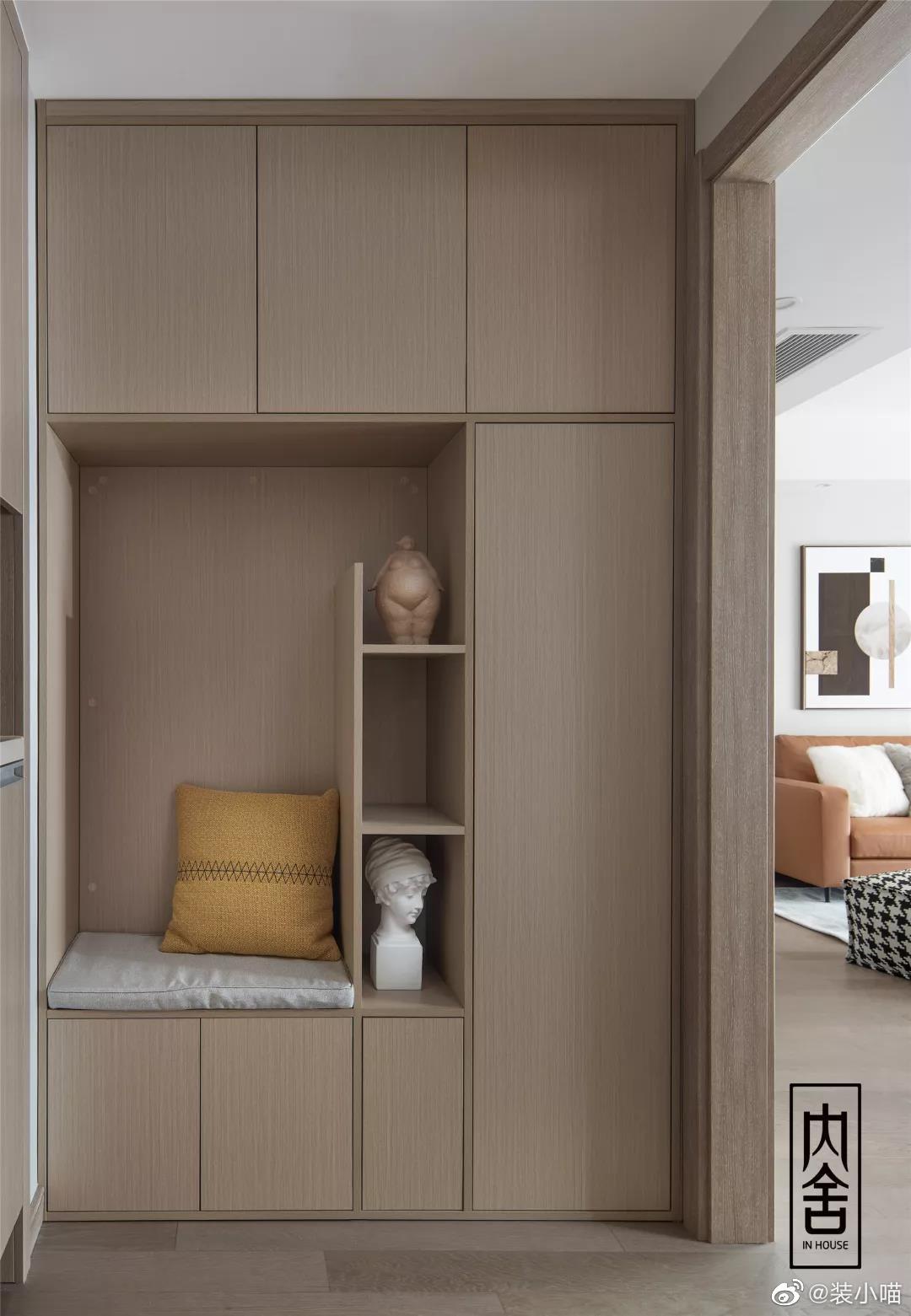 """以干净利落、轻松舒适定义空间的气质。空间设计上,以""""留白""""为主"""