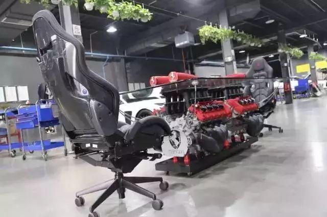 男子把法拉利V8发动机,做成一个茶几观赏,网友:暴殄天物啊!