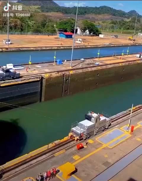 货船过巴拿马运河