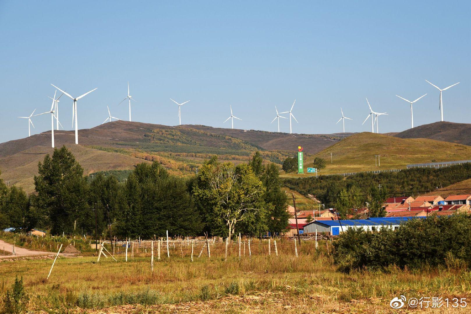 承德丰宁京北第一天路,林立的风车,成群的牛马,辽阔的草原