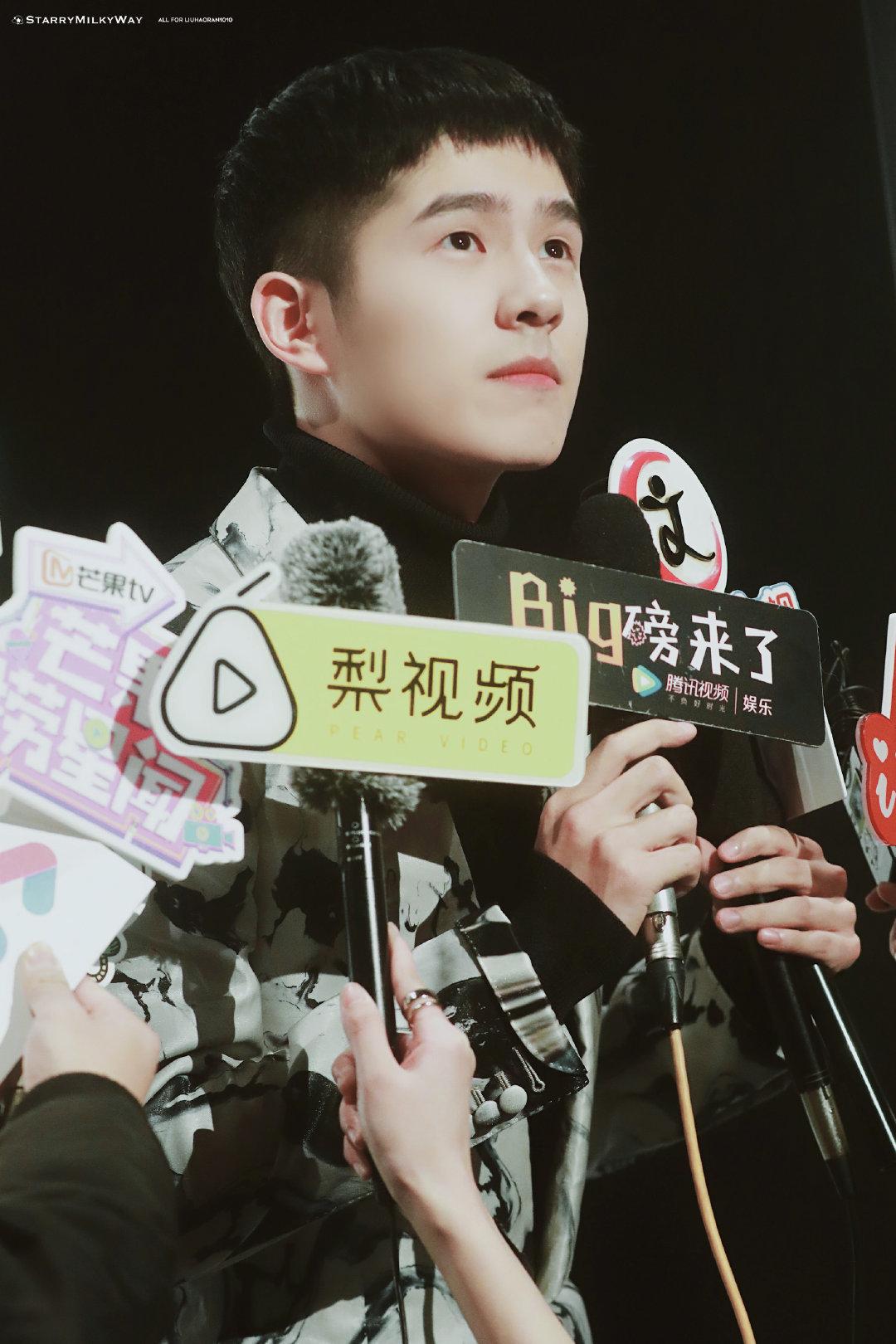 刘昊然出席品牌活动,P5像个小朋友一样撅嘴,大概只有三岁吧