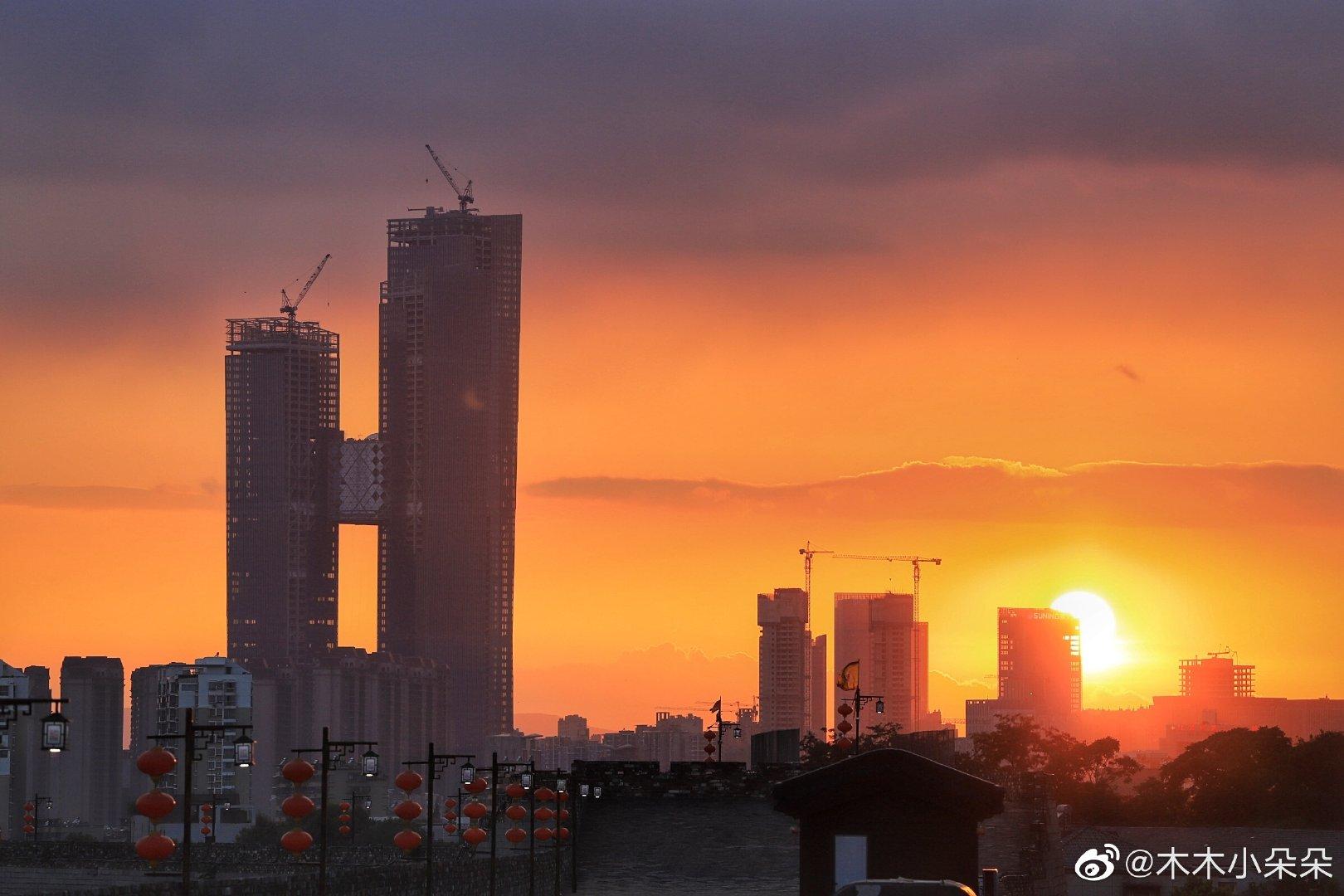 晓看天色暮看云,这几天的南京晚霞绚丽无比,可以出圈啦