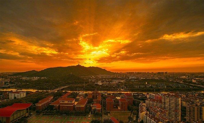 台风过境后的城市,天空的夕阳极其灿烂,晚霞似鎏金