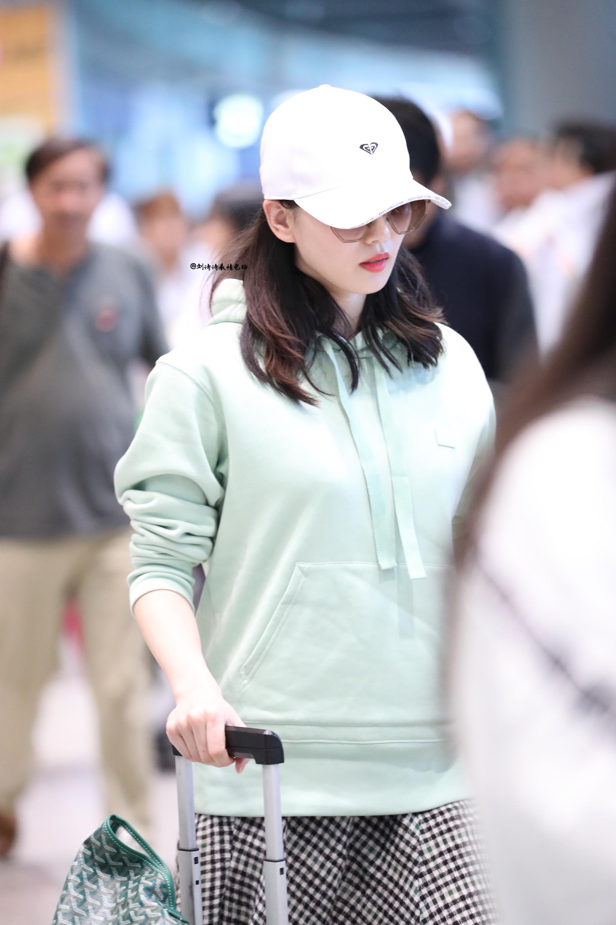 9月16日, 台湾飞北京抵达,薄荷绿卫衣搭配长裙,期待新剧呀。