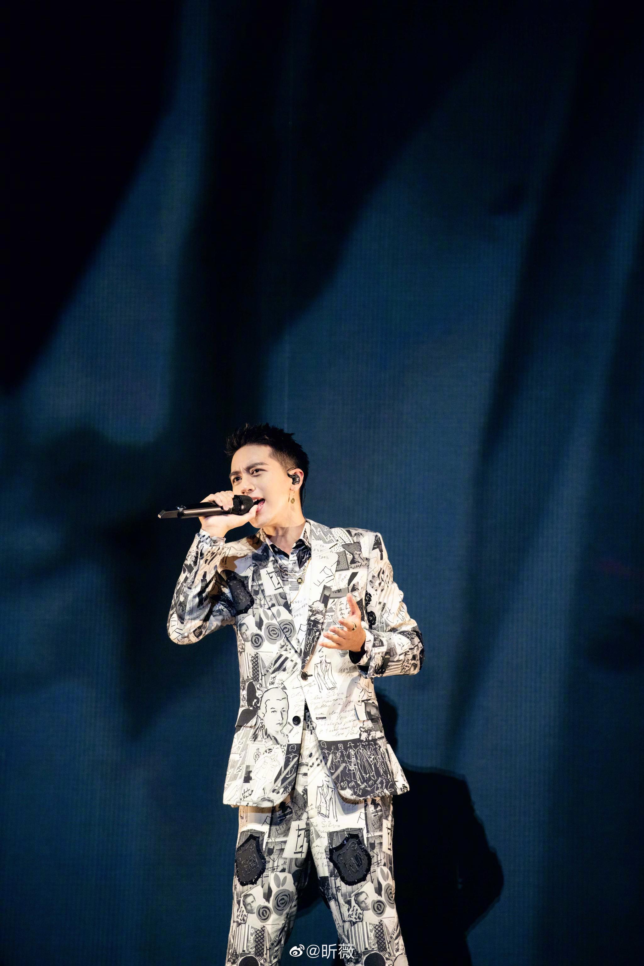 @许魏洲ZZ 白色时区2019演唱会令人惊艳~洲洲身着专门为他定制的服装