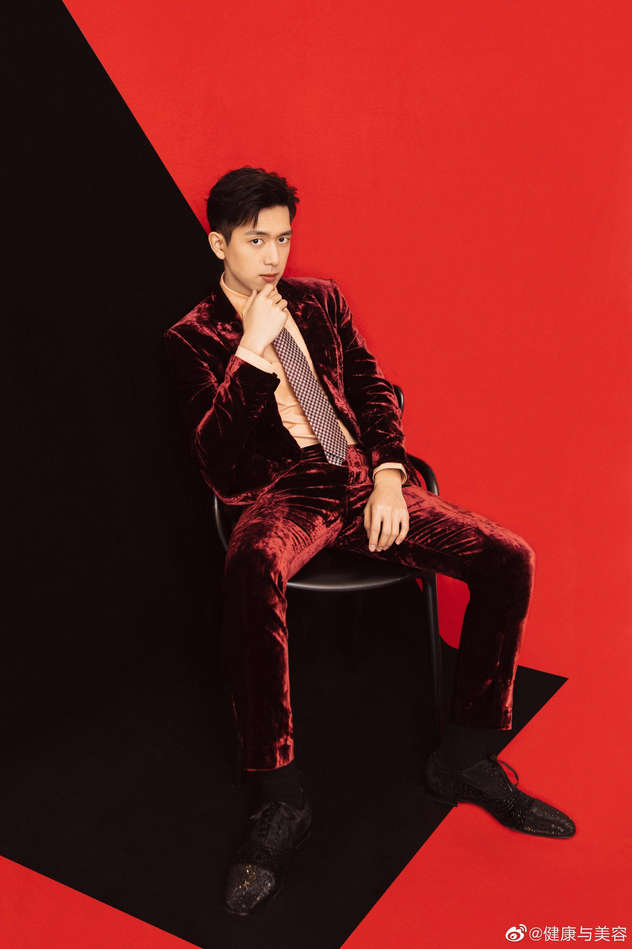李现身着Tom Ford酒红色天鹅绒西服套装搭配藕粉色衬衫