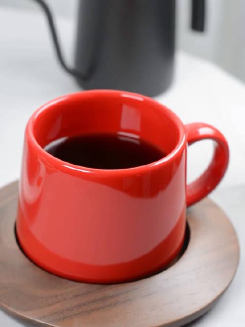 天真冷,棉背心穿上身还觉得冷,喝杯热咖啡提提神!