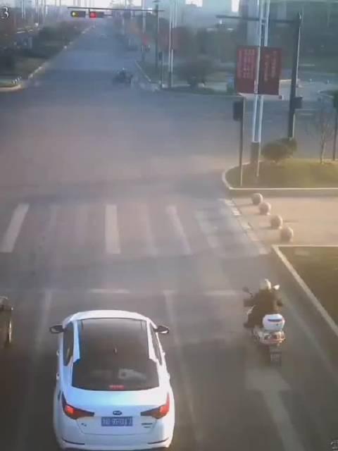 电动车闯红灯撞上宾利,需赔偿20万维修费用……不遵守规则