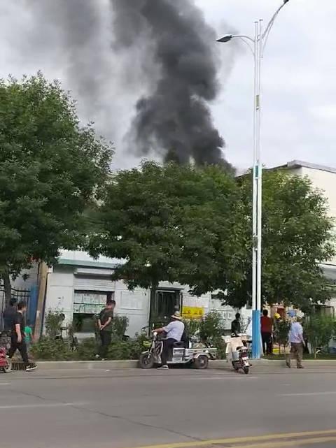 今日上午,沧州道东三角线附近,一楼房发生火灾,小编提醒