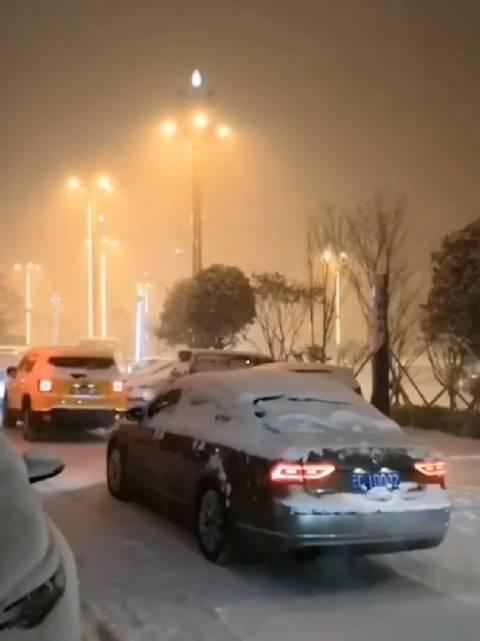 云南昭通初雪覆城,你家那里下雪了吗