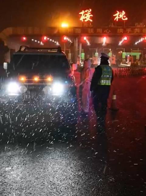 晚上九点,雪花纷纷扬扬,郑州交警坚守岗位,在寒夜中保障平安!