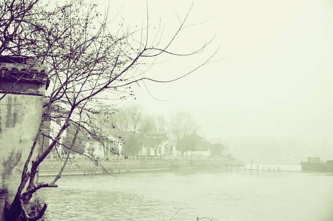 径花颜,笑雨烟,水色青山入画卷。