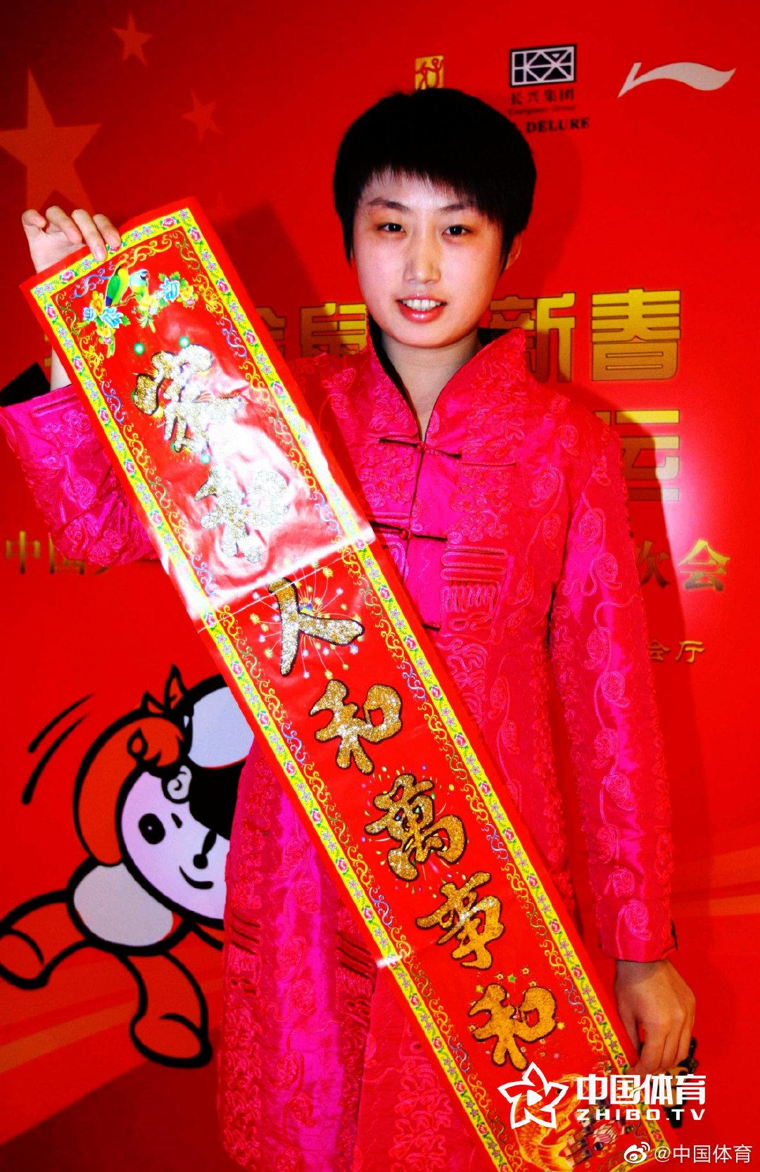 中国乒乓球队的各位大小魔王们,身穿喜庆的唐装