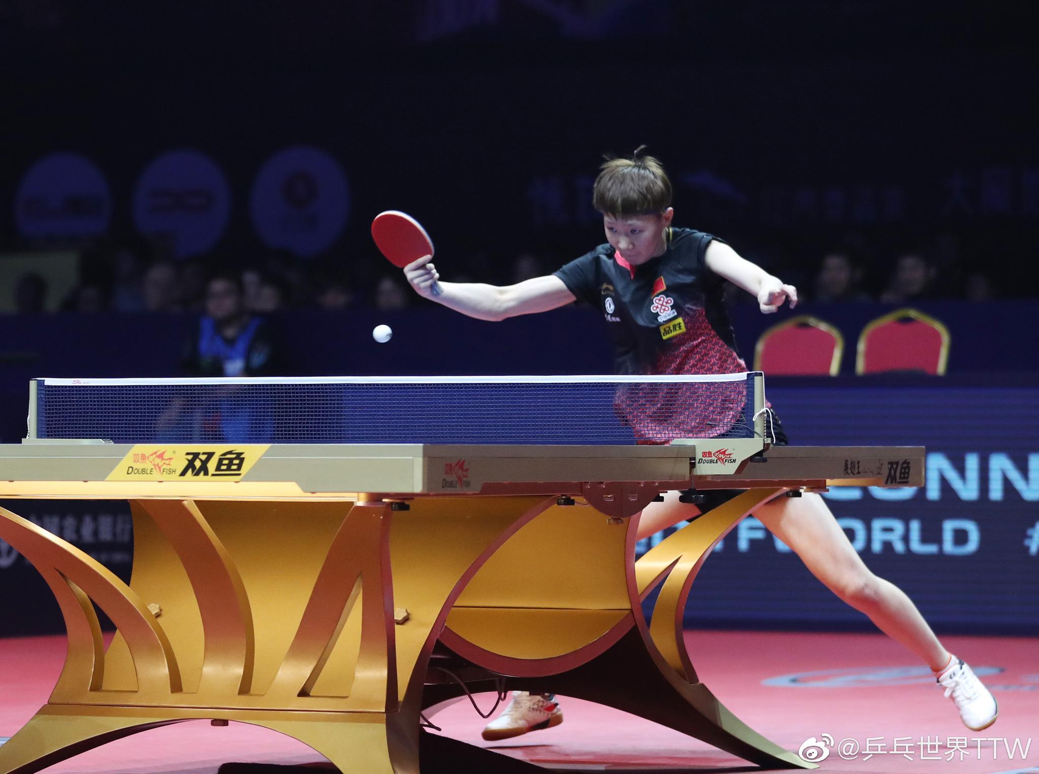 总决赛女单半决赛中,王曼昱直落四局战胜王艺迪晋级决赛