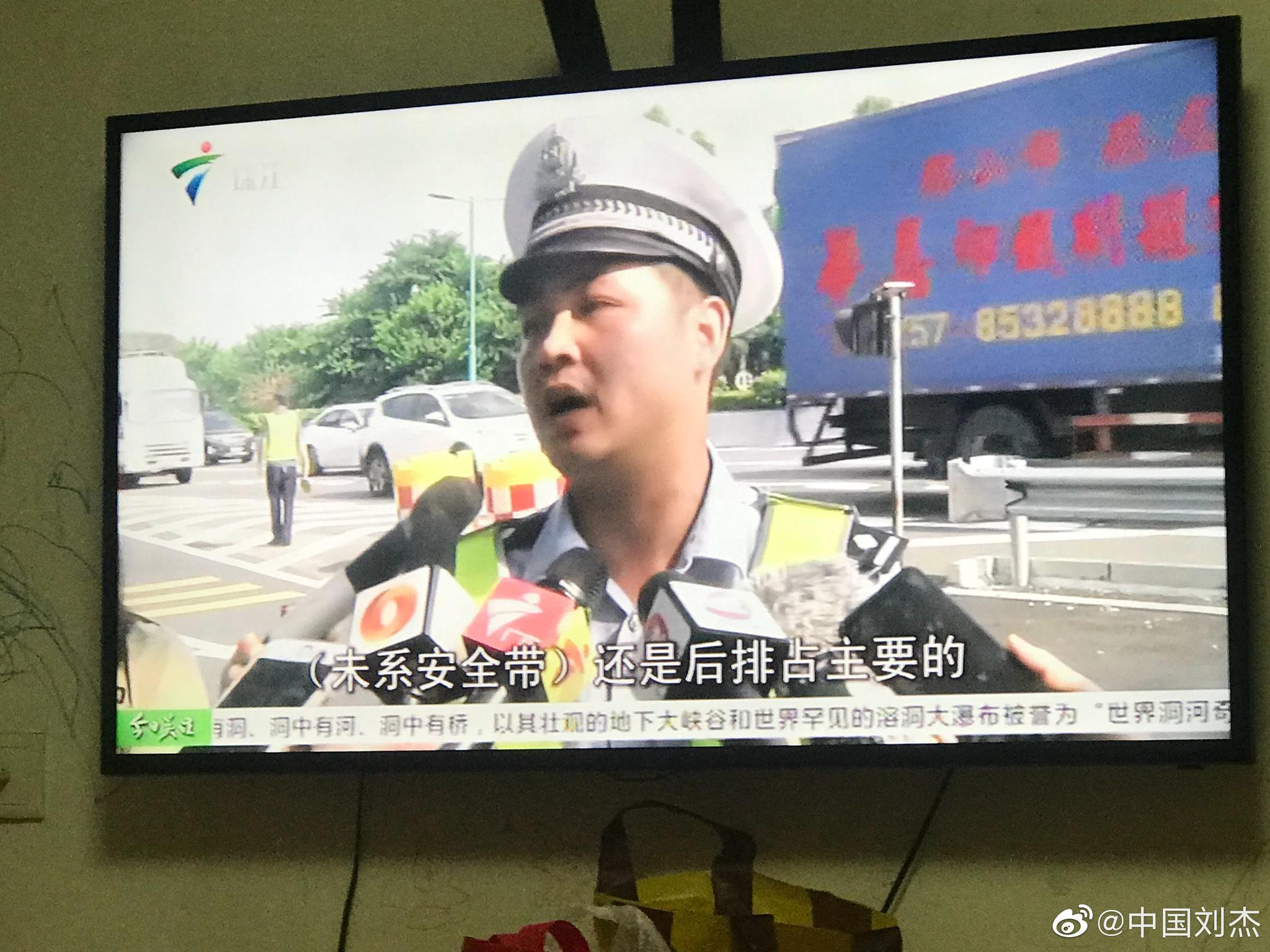 网友:小车乘客前后座不系安全带,罚款不扣分!