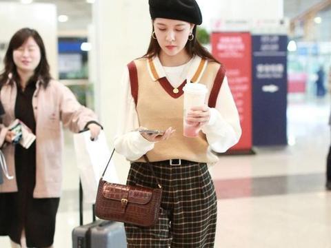 宋妍霏现身机场,套毛线背心搭画家帽,穿格纹裤走青春学院风