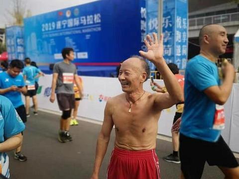 """""""76岁高龄跑者点赞遂马:遂马最棒!相关新闻"""""""