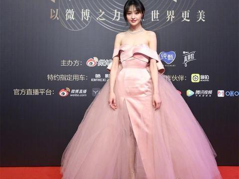 春晚红装,郑爽甜美少女关晓彤大秀长腿,杨紫穿红裙显瘦但最成熟
