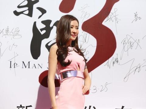 熊黛林气质变了,大波浪卷发配粉色包臀裙优雅时髦,变得高贵大气