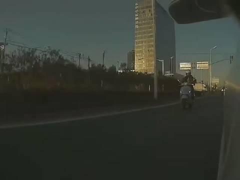 這個王八蛋怎麼這樣開車的,摩托車騎士不知道有沒有事!