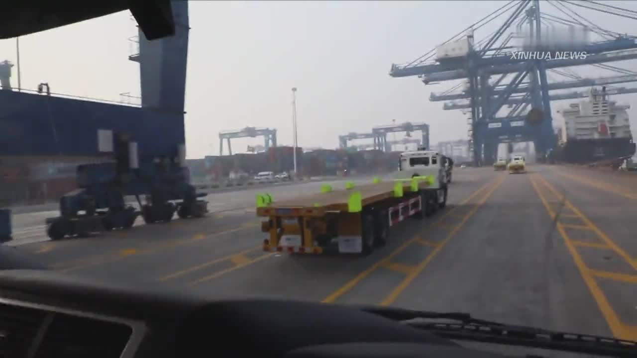 25台无人驾驶电动集卡整船作业在天津港完成