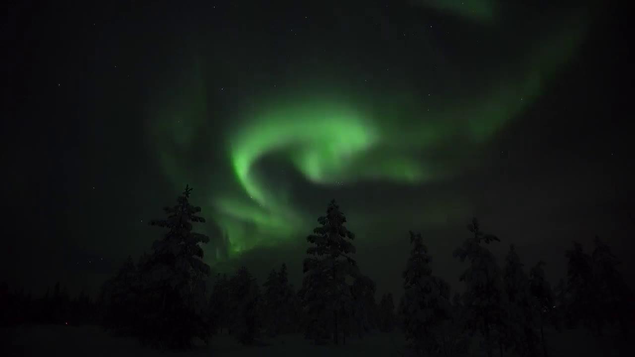 感谢太阳风暴!芬兰上空出现超美极光,堪称大片