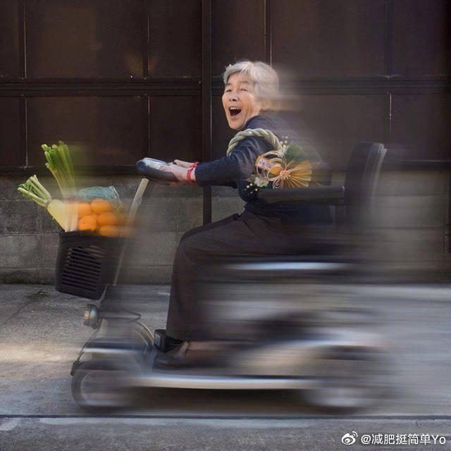 90岁淘气鬼奶奶的创意拍照方法。年轻的心态让人尊敬