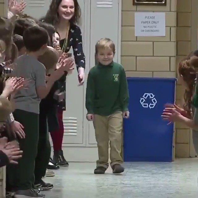 6岁男孩战胜白血病、从医院回归学校