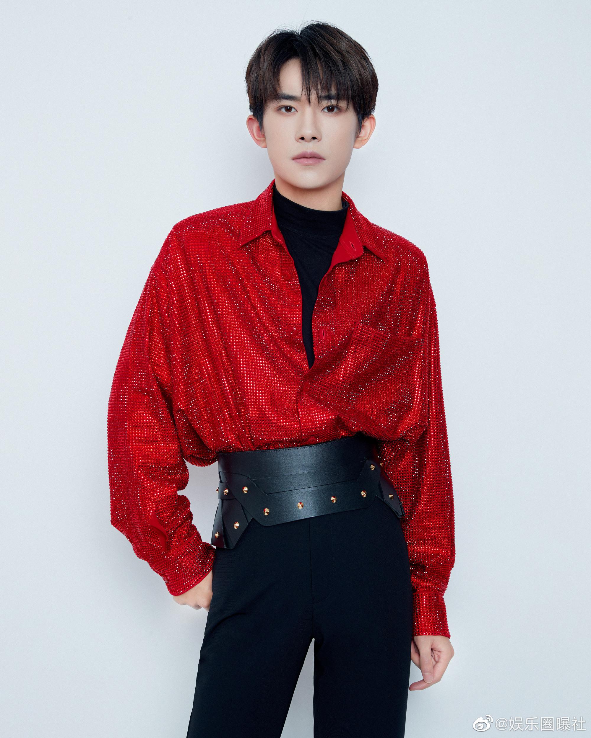 易烊千玺央视春晚造型,一席束腰红衣搭配黑色修身长裤