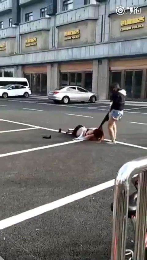 黑衣女人太彪悍了,当街拖着人满街跑!!!