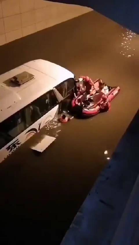 东软集团通勤车被困!车上两名孕妇!现全车人已获救到冲锋舟上