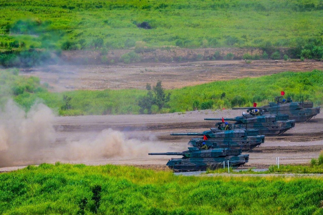 准备富士火力-2019,日本10式主战坦克进行实弹射击训练
